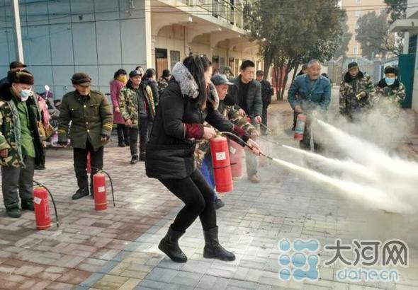 敬老院工作人员及老人学习如何使用灭火器(1)