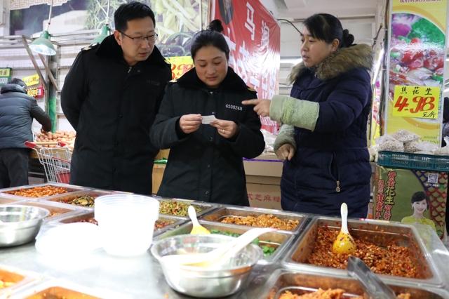 节前焦作市山阳区食品药品监督管理局执法人员对超市进行检查