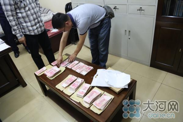 16、在办公室的抽屉里,搜查出多个装现金的信封,每个信封里面现金不等,最少的1000元,最多的4万元,信封上写有行贿人的名字。