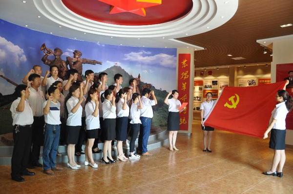 灵宝市三院在党旗下重温入党誓词