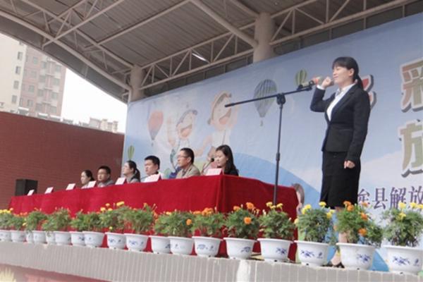 大队辅导员刘芳芳带领全体学生进行宣誓