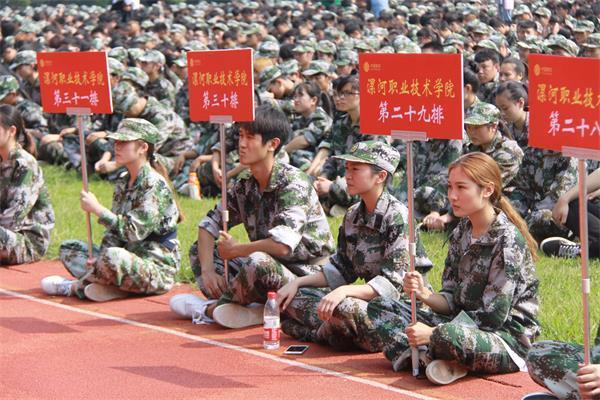 2017级新入校的同学参加军训。