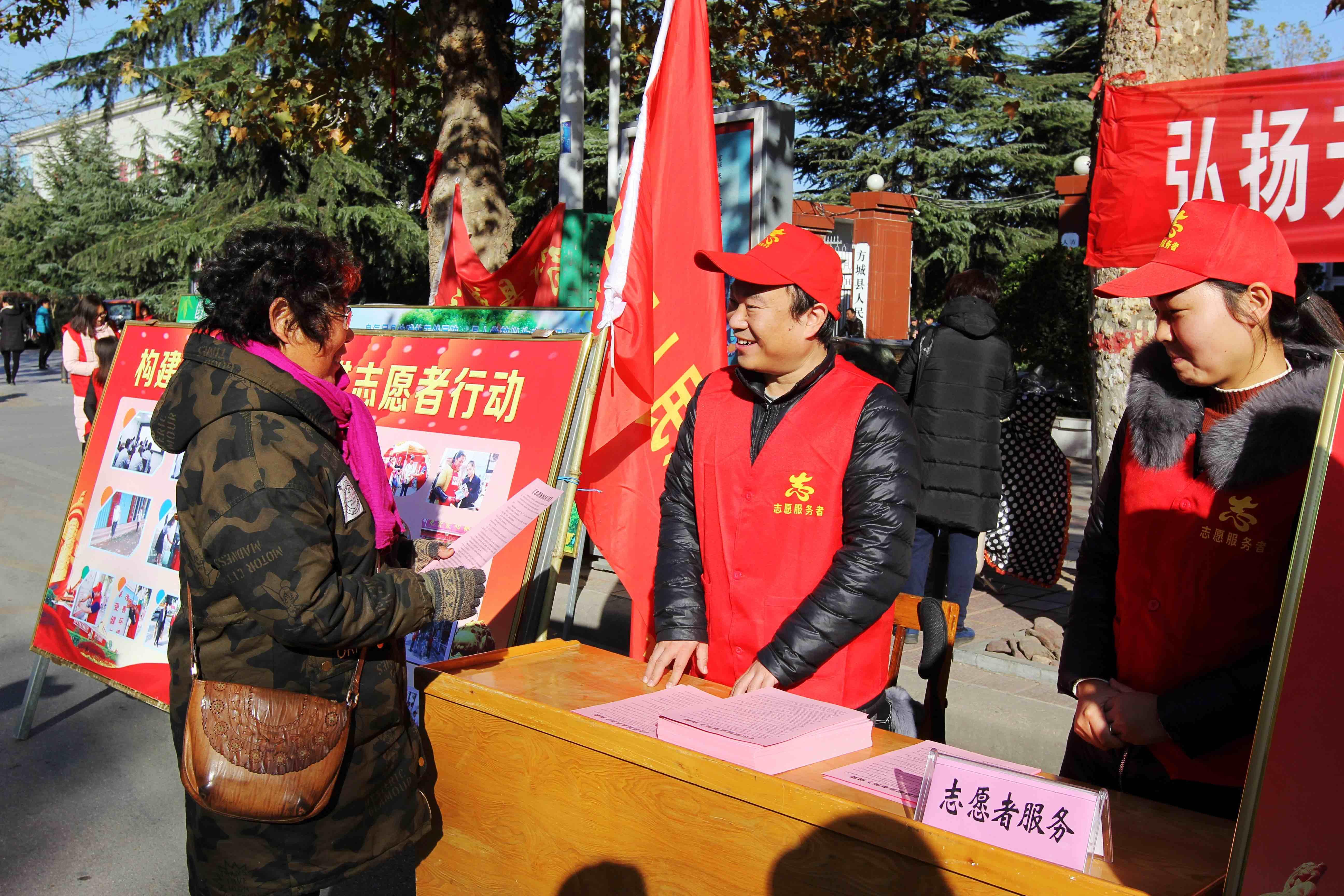 河南省方城县人民法院志愿者发放宣传资料、 解答法律咨询_conew1
