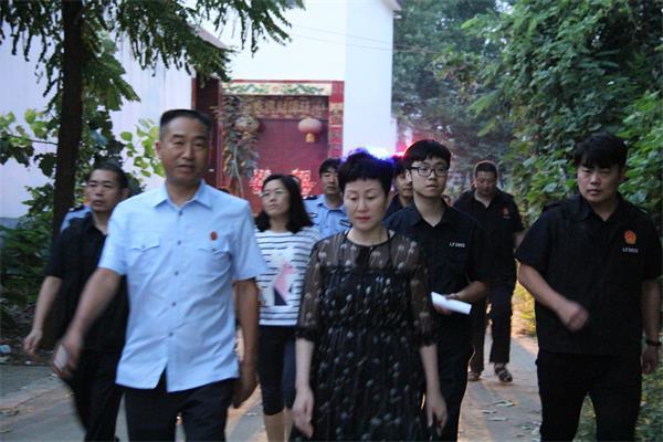 郾城区法院院长(左一)滕宝成陪同漯河市人大代表参加凌晨集中执行行动。