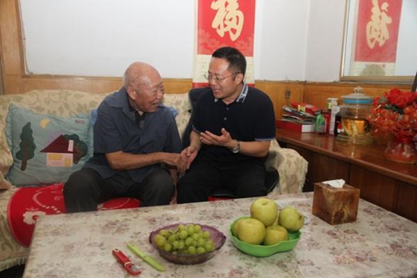3新郑法院党组书记、院长魏磊亲切慰问老干部