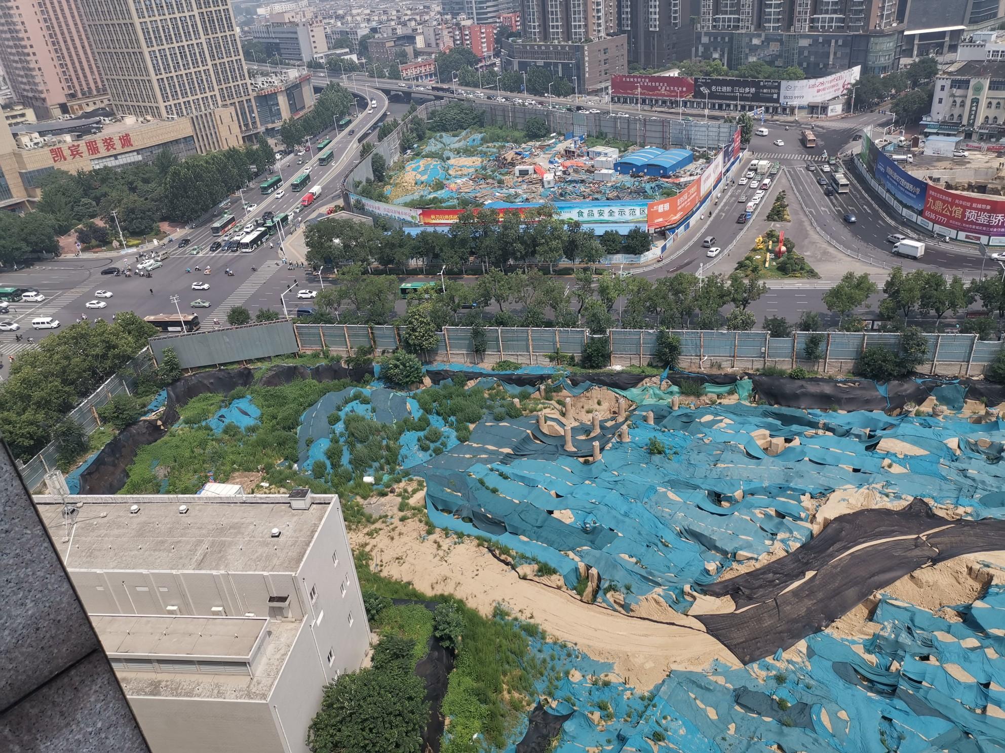 拆了近10年 郑州东方红影剧院原址为何一直围而不建?