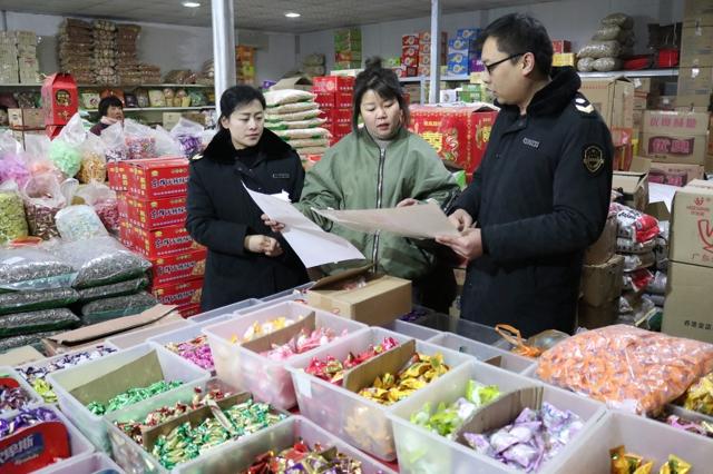 节前焦作市食品药品监管局执法人员对金土地农产品批发市场进行督导检查