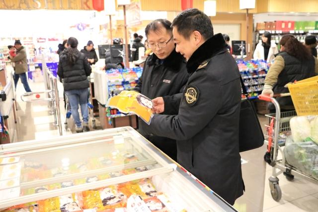 执法人员对超市速冻食品进行检查