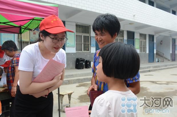 志愿者正在和学生讲解课程安排 娄一尹拍摄