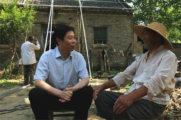 陈松林看望抗美援朝老战士,了解家里的贫困情况。