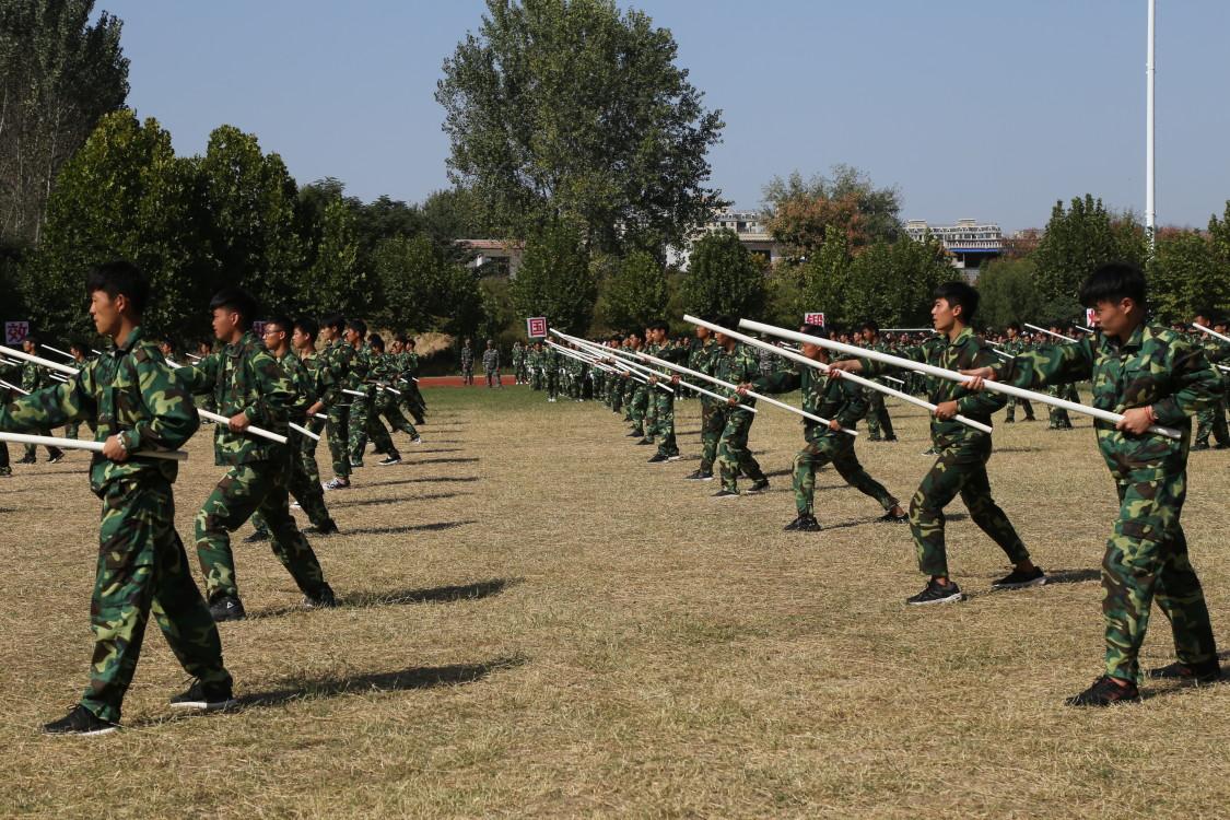 大河报周口:看看周口这群大学生的军训 ,舞刀弄棒样样精通