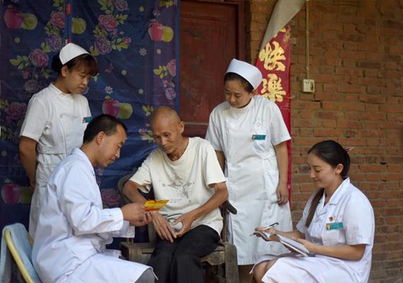 故县镇卫生院及赵村村卫生所蒋春亮在赵村村为行动不便的脑血管病患者张留杰老人上门服务