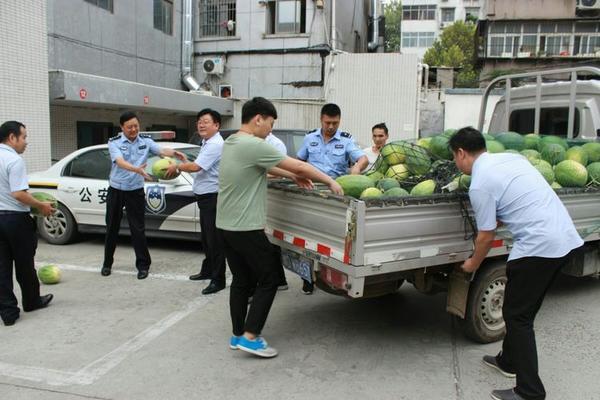 在线电子游艺:平顶山市卫东农商行党员志愿者向困难瓜农献爱心