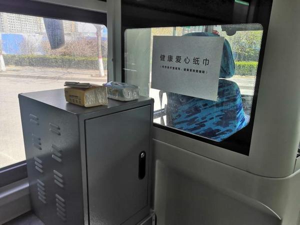 鄭州一公交車上每天放一包抽紙,最后總會再多出一兩包全新的