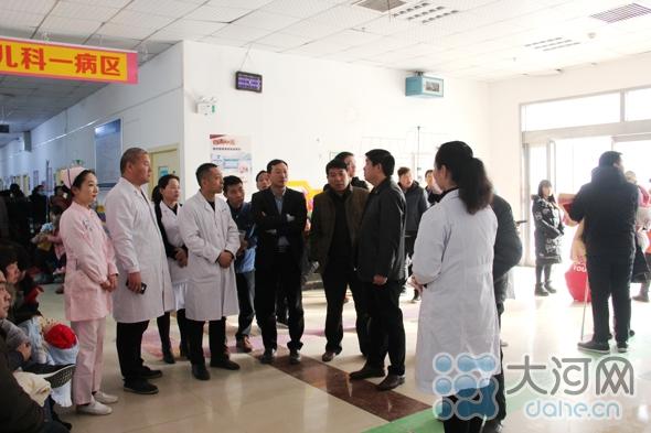 刘青强深入病区实地了解患者情况 (2) (1)(1)