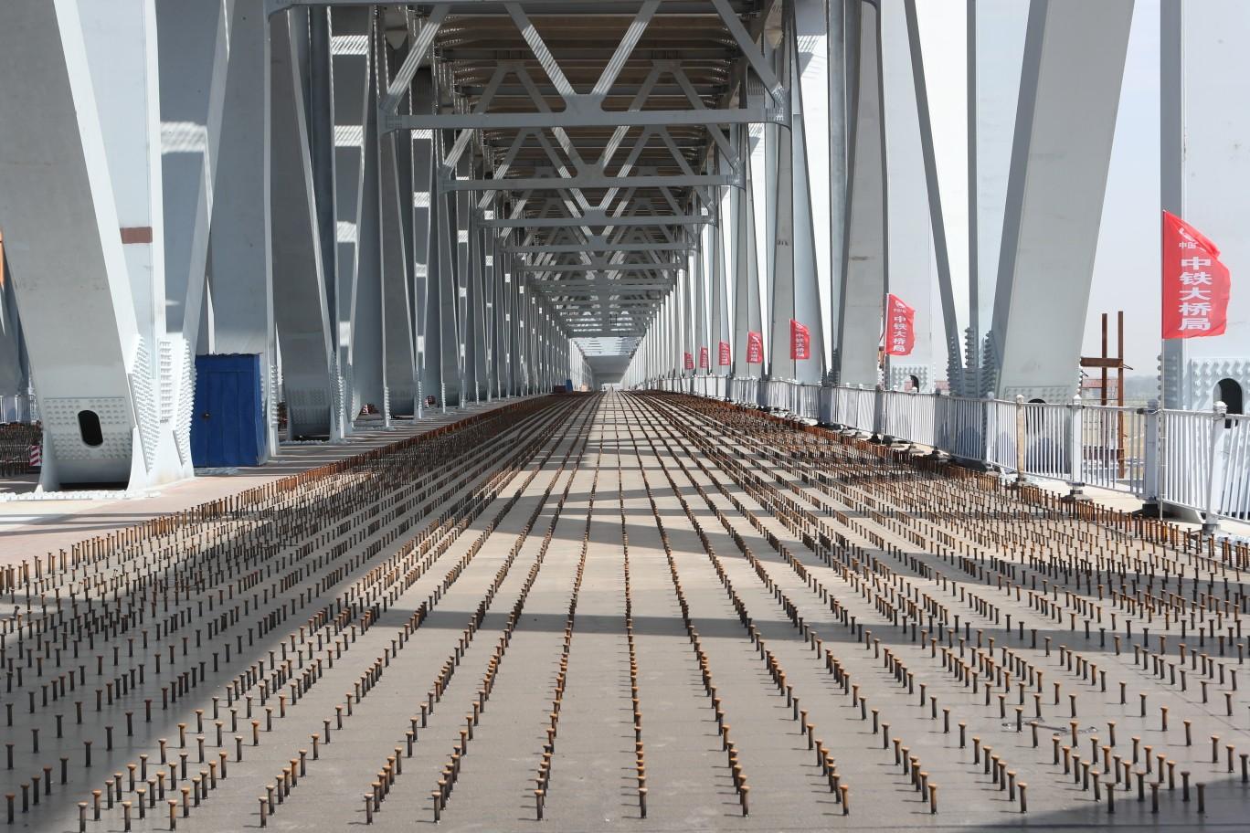 一桥飞架南北 郑济铁路郑州黄河特大桥主桥钢桁梁合龙