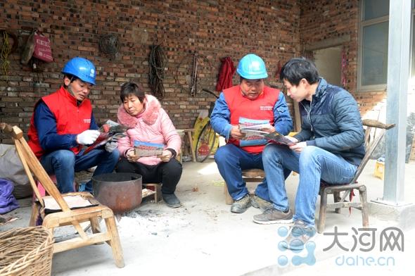 为服务返乡务工人员讲解安全用电知识 (1)(1)