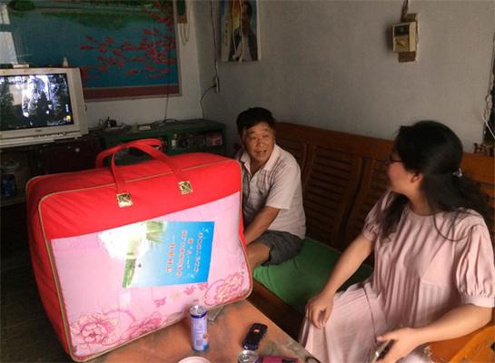 裴城镇党委书记张晓霞与优抚对象亲切交谈。