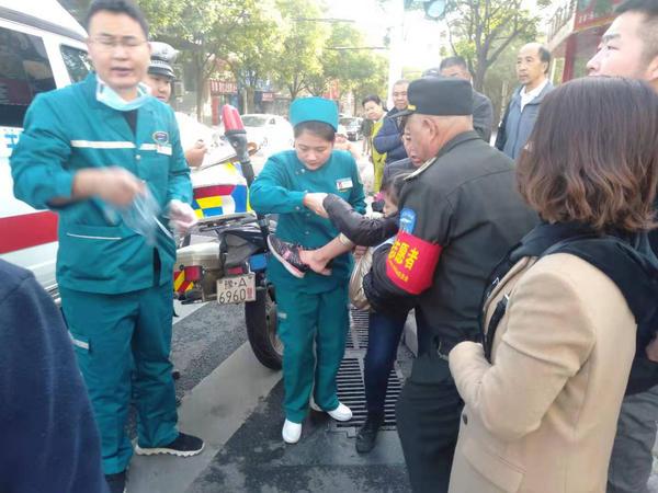 郑州男子着急上班赶时间,过路口撞伤母女俩!