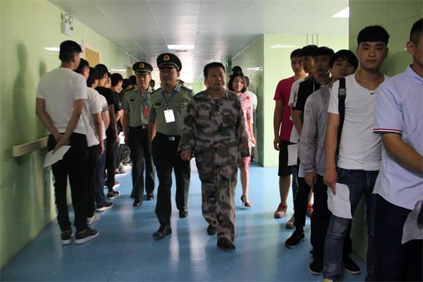 漯河军分区领导到郾城区人民医院视察征兵体检工作。