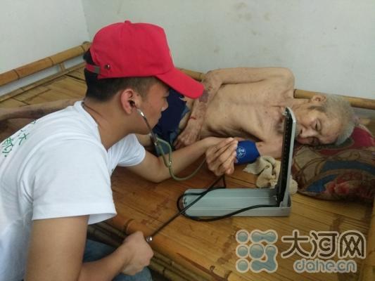 志愿者为卧床抗战老兵入户义诊 胡婧