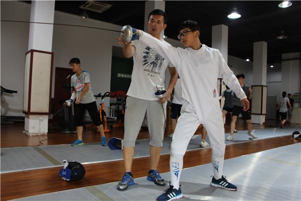 击剑教练对毛晨祥进行一对一指导训练