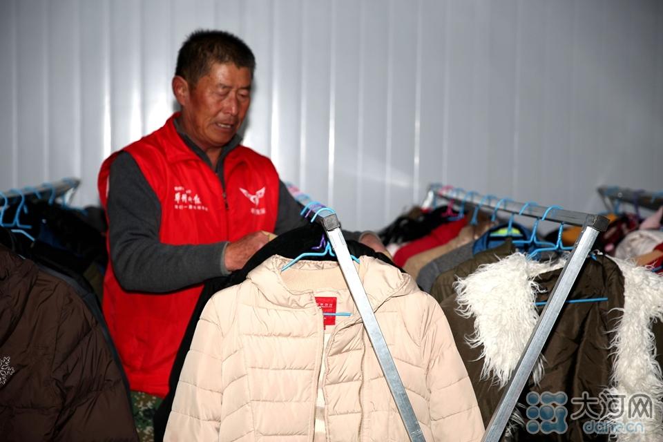 图七:志愿者在整理消毒后的衣物