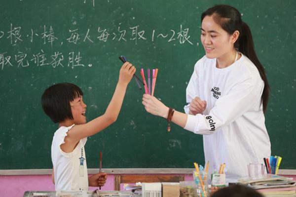 二师附小的教师在罗寨小学授课中_副本