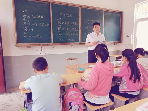 张玉滚在给孩子们上课