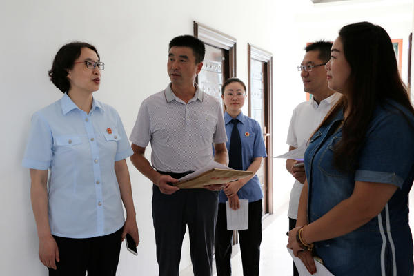 图四 赵曙君院长向见证执行的人大代表、政协委员、检察院工作人员介绍案件执行情况。