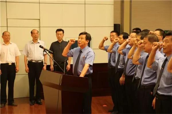 入额检察官在院党组书记、检察长陈连东的带领下,集体庄严宣誓。