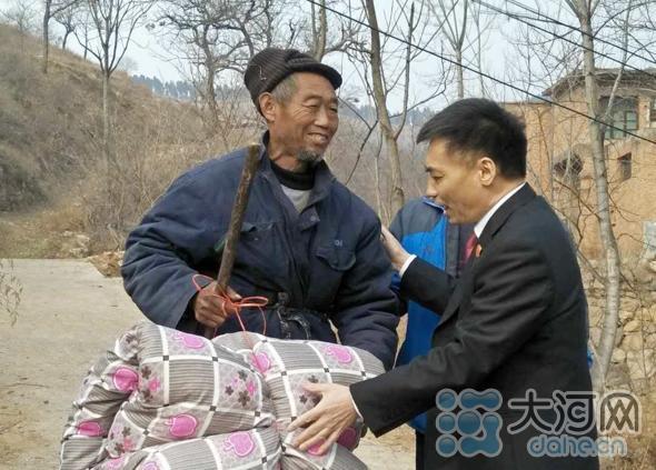 幸运飞艇:汝州法院院长杨长坡到米庙镇于窑村看望慰问贫困户