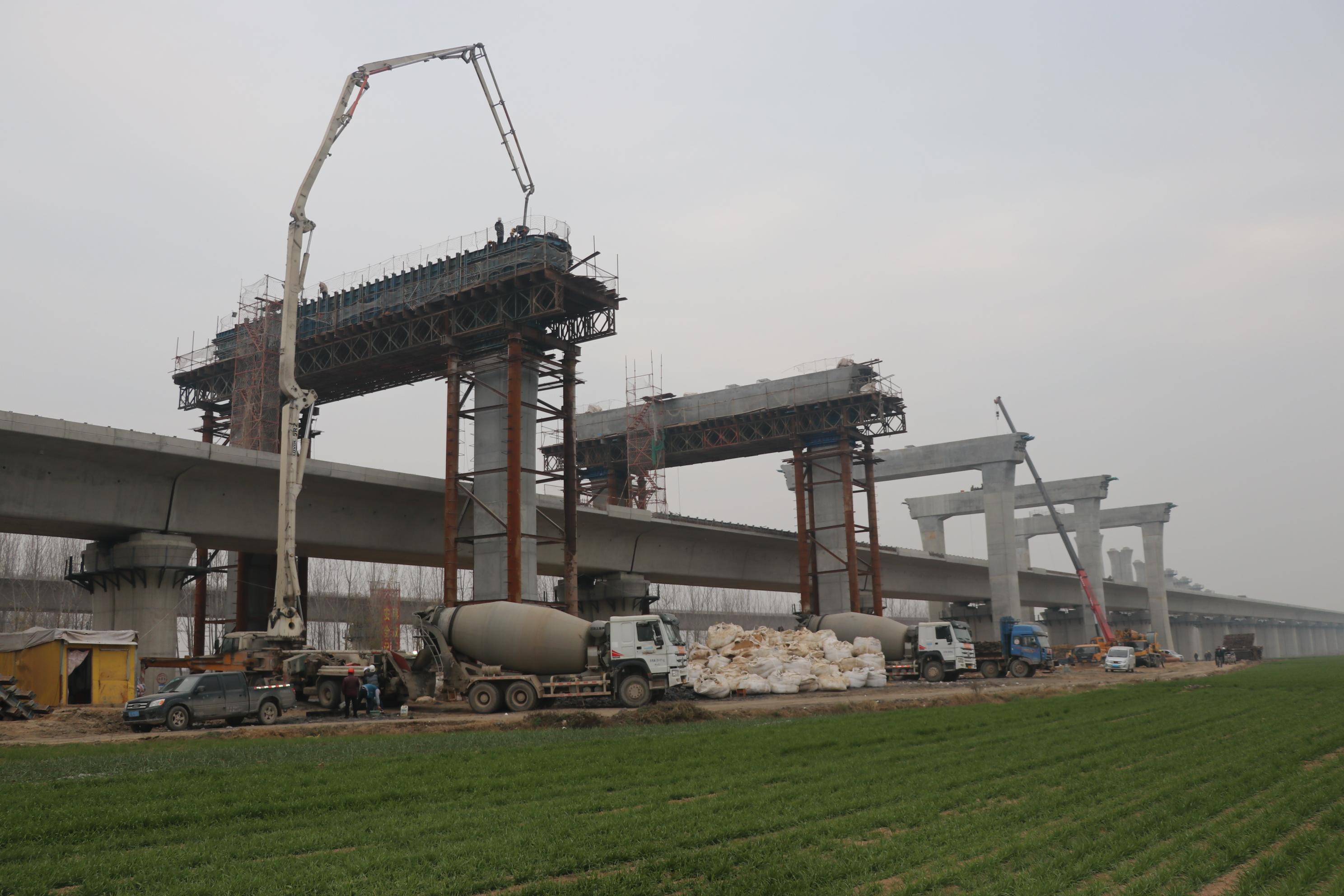 图为:66#门式墩盖梁正在浇筑