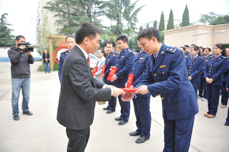 杨长坡院长为汝州市消费维权社会法庭成员颁发了证书