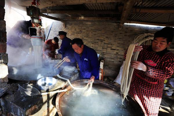 春节前夕,冯塘乡刘庄行政村方庄村民方春林在家中组织村民加工红薯粉条。方春林夫妇承包村民零散土地近百亩,种植高效农作物,用勤劳的双手换来了幸福生活。   杜欣   摄