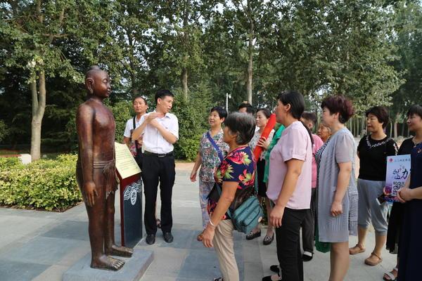图一为组织患者参观中医骨健康主题公园