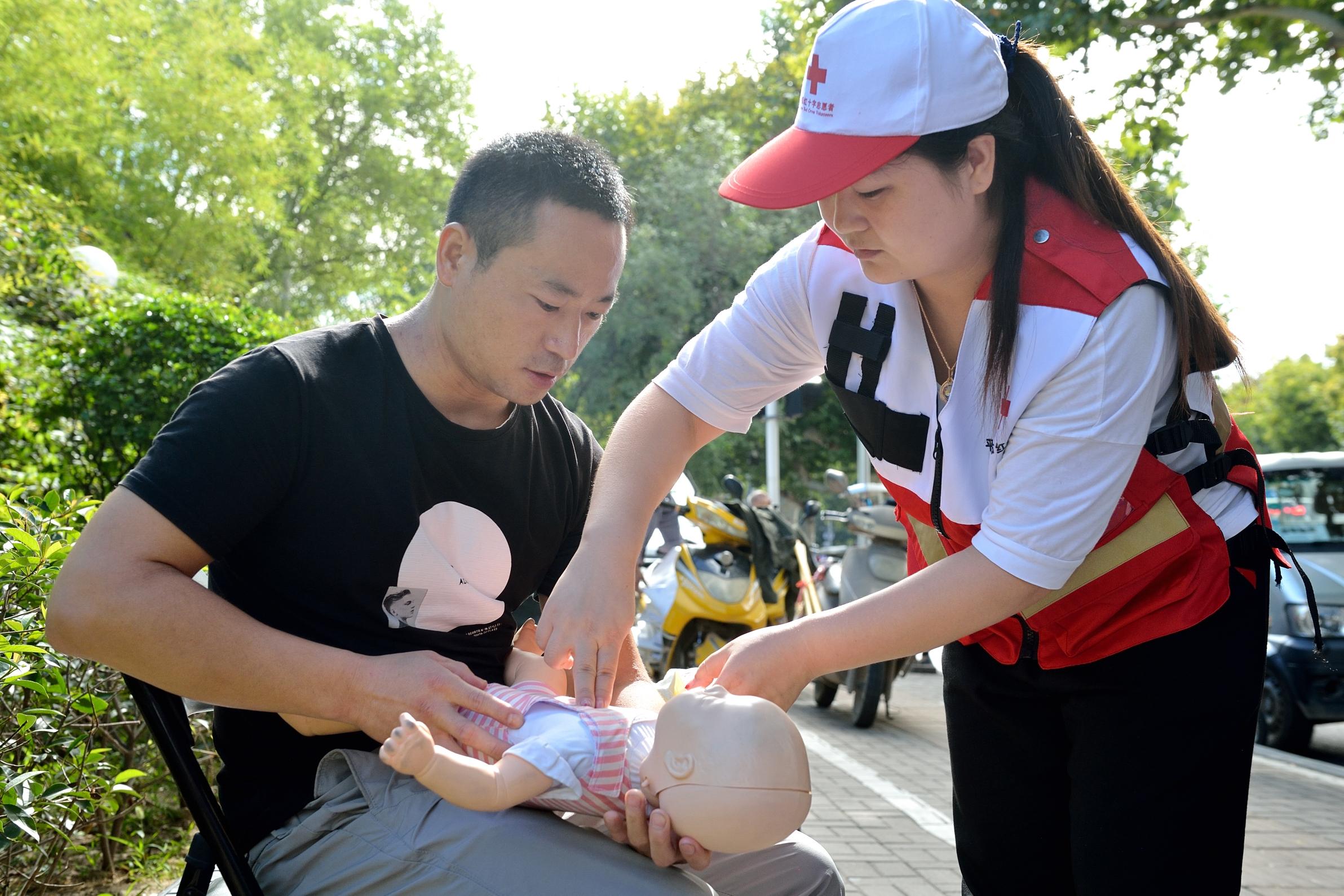 北京赛车手机app安卓版:平顶山市卫东区:红十字会志愿者走上街头进行应急救护知识宣传