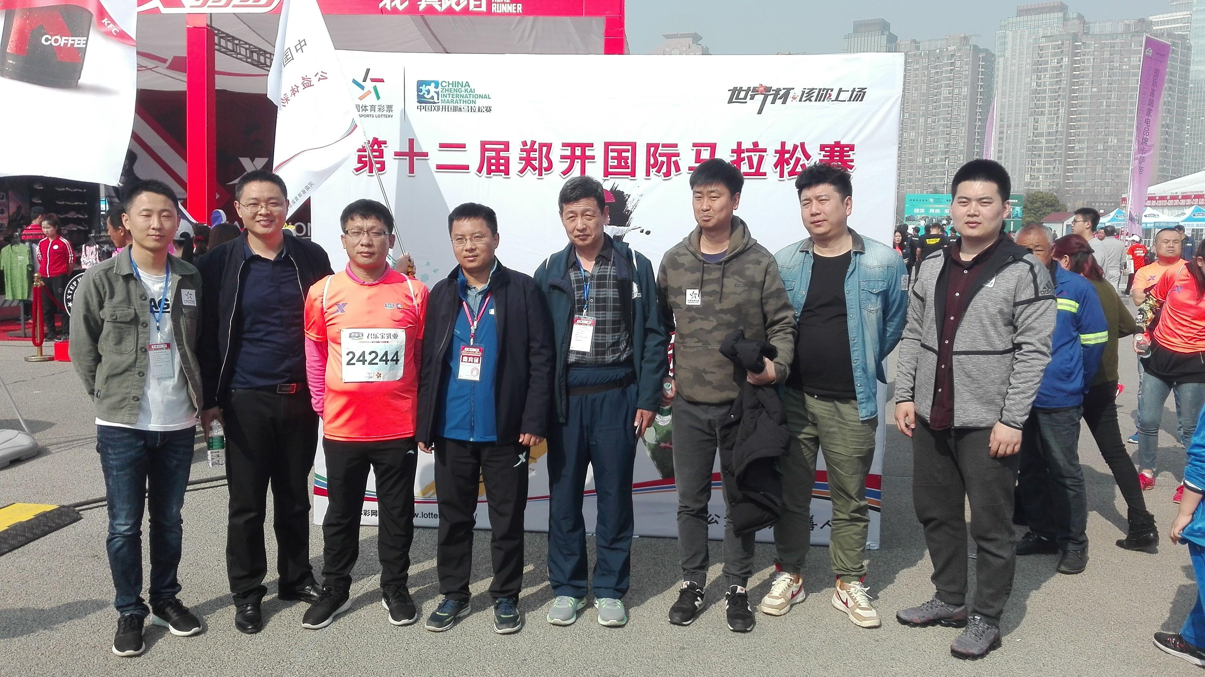 河南省体育彩票管理中心主任助理董小卫与工作人员合影