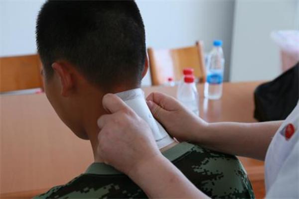 06党员志愿者为官兵进行膏药贴敷