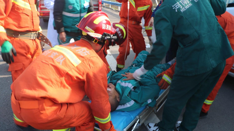 车祸现场,急救员被抬上救护车