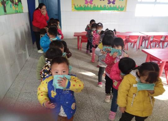 教师认真组织幼儿准备撤离