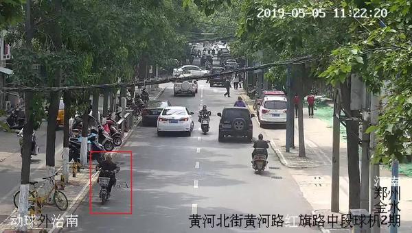七旬老汉拄拐偷电动车被抓 郑州1