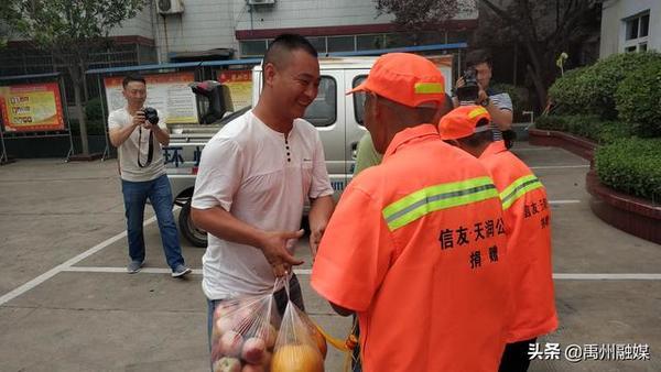 今天,禹州环卫工夫妻送还失主救命钱!他们为节俭以三轮为家