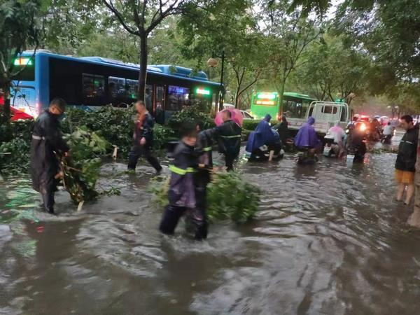 漯河丁湾_暴雨袭击漯河,车辆熄火行人被困!多部门连夜抢修! - 河南一百度