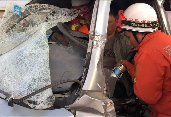 事发郑州!轿车与小货车相撞,一人被卡在驾驶室