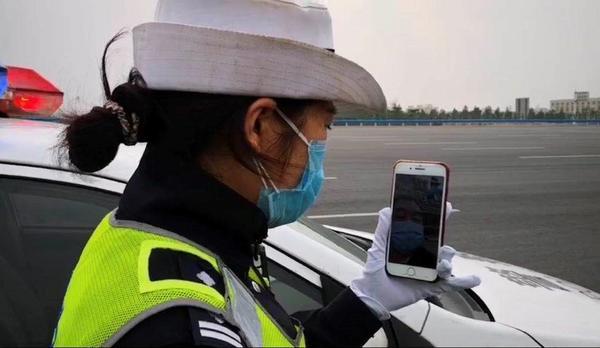 连续抗疫执勤21天警帽变脏 网友:最美的警帽 最美的警察