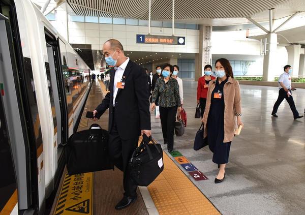 快讯!肩负重托 驻豫全国人大代表启程赴京