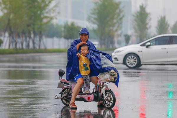 【大河网景】暴雨突袭  郑州雨中众生相