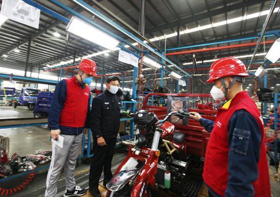 (9月28日上午,叶县供电员工深入工厂车间认真检查线路,征询客户意见,着力提升用电满意度。王玉峰摄)