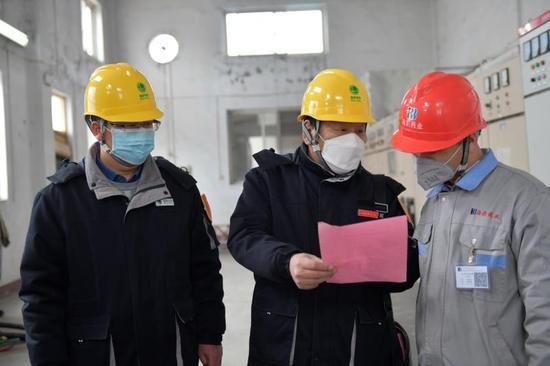 供电服务人员到五得利面粉集团上门了解宣传用电知识,解决用电需求。郭奇摄